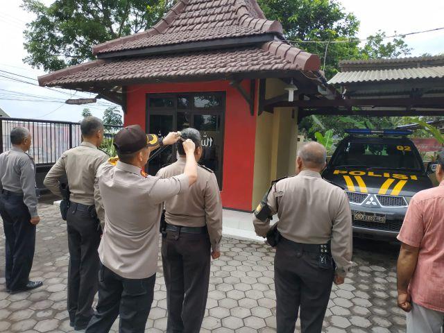Kapolres Lumajang Rapikan Rambut Anggotanya Sendiri Pakai Gunting