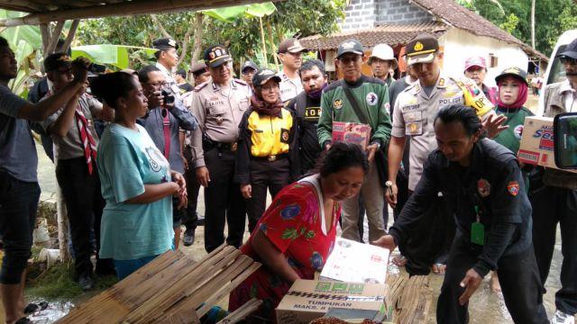 Kapolres Lumajang Tinjau Lokasi Banjir dan Pantau Pendistribusian Bantuan