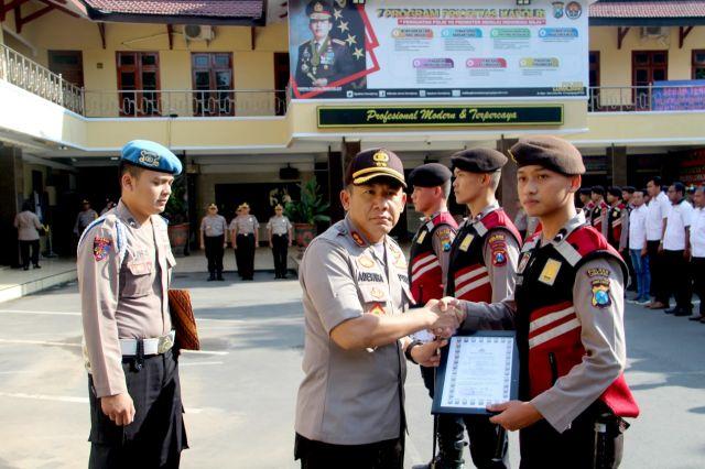 Kapolres Lumajang Berikan Reward Kepada Anggota Berprestasi