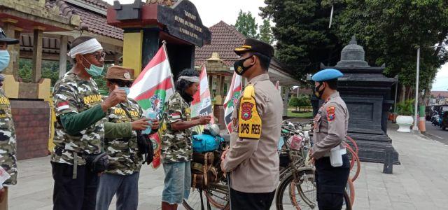 Kapolres Lumajang Bagikan Masker Kepada Komunitas Onthel Bali