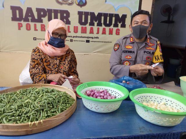 Kapolres Lumajang Bantu Masak Anggota Untuk Bantuan Buka Puasa Warga