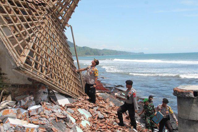 Kapolres Lumajang Tinjau Abrasi Pantai Selatan Tempursari