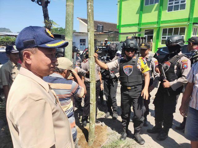 Tim Cobra Jaga Aksi Warga Kalibendo Tolak Jalan Desanya Dilalui Truk Pasir