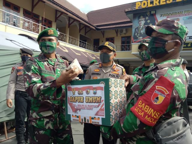 TNI Polri Lumajang Bagi 2000 Nasi Bungkus ke Warga Terdampak Pagebluk