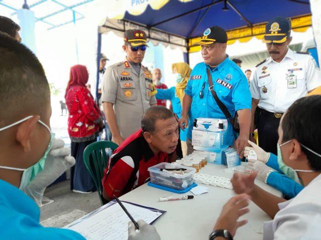 Polisi dan BNN Tes Urine Sopir Angkutan Umum Lebaran di Terminal Minak Koncak