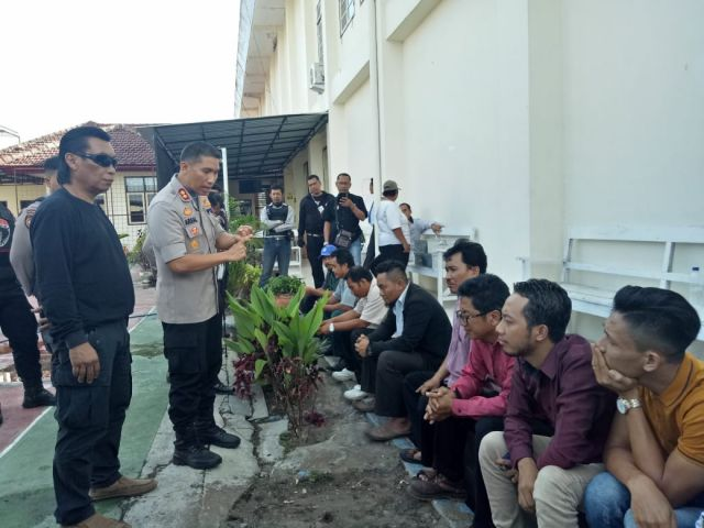 Pendukung Tim Cobra dan Anggota Qnet Hadiri Sidang Praperadilan PN Lumajang