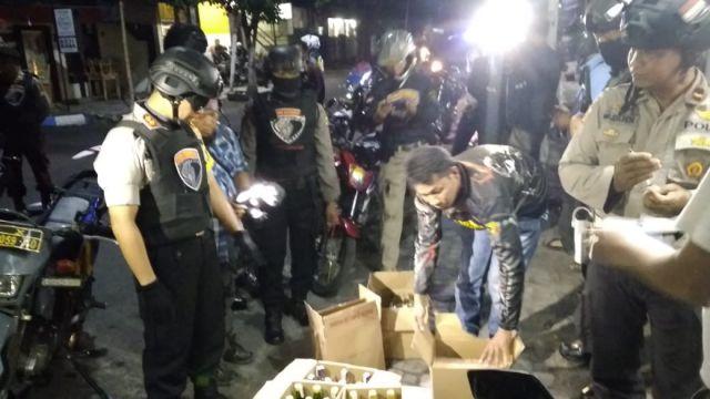 Usai Dari Jatirejo, Kapolres dan Tim Cobra Grebek Toko Wahyu Jualan Miras
