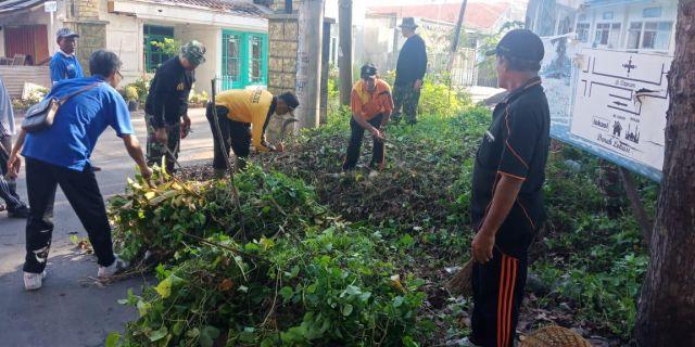 Kapolsek Kota Lumajang Ikut Kerja Bakti Warga Jogoyudan