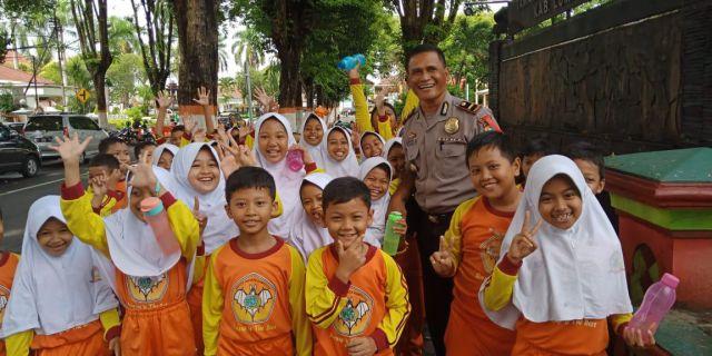 Kapolsek Kota Dikenal dan Disenangi Anak Sekolah Lumajang