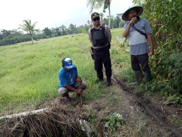 Polisi Jaga Eksekusi Tanah di Desa Kalibendo Oleh PN Lumajang