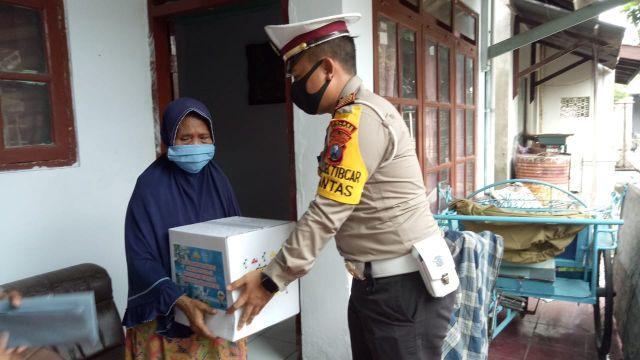 Satlantas Lumajang Beri Bantuan ke Rumah Korban Laka di Tengah Pandemi
