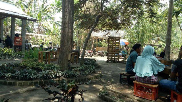 Kedai Maksih Suguhkan Konsep Ngopi Pekarangan Desa Lumajang