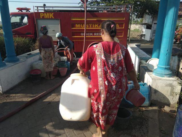 Kekeringan  Lumajang, Ibu-Ibu Warga Blukon Berebut Air Bersih Bantuan