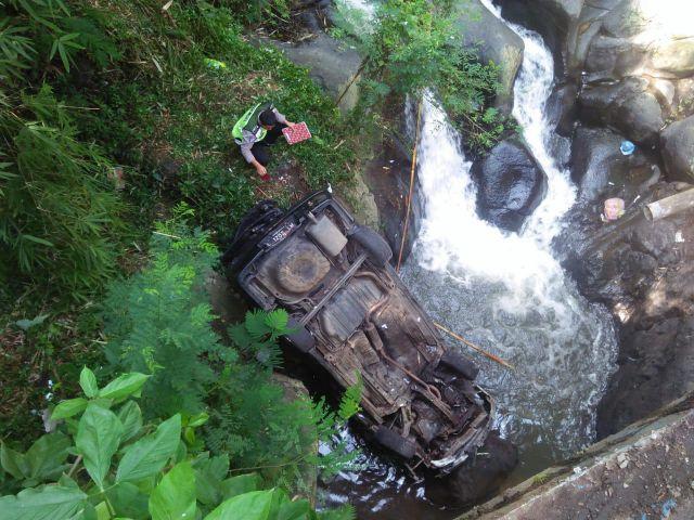 Rem Blong, Sedan Honda Maetro Terjun ke Sungai Ireng-Ireng Senduro