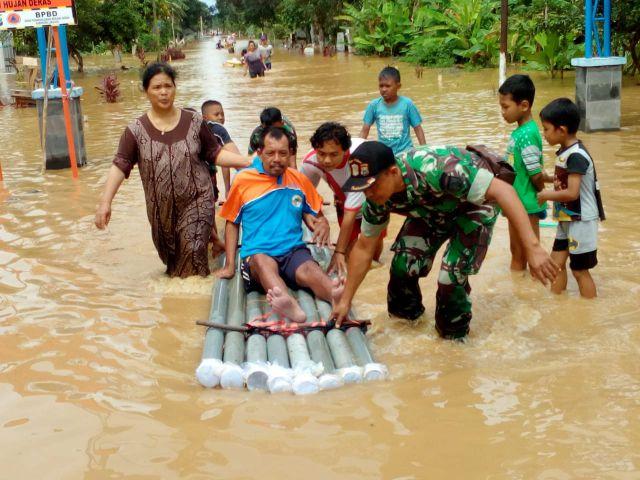 Korban Banjir Terkena Stroke Dievakuasi Gunakan Rakit Paralon