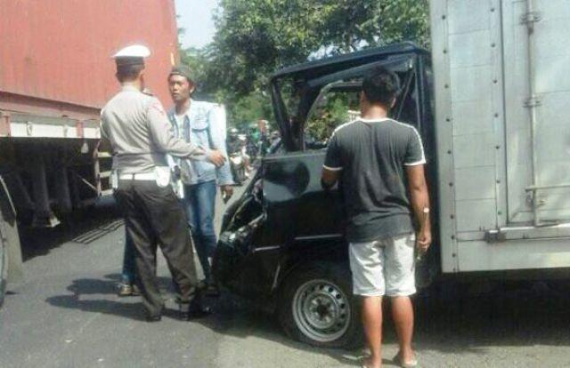 Truk Seruduk Pick Up dan Motor Sebabkan 2 orang Luka-Luka