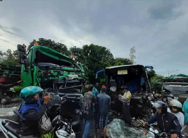 Bus Vs Tronton Tabrakan di Ranuyoso Lumajang Penumpang Luka-luka