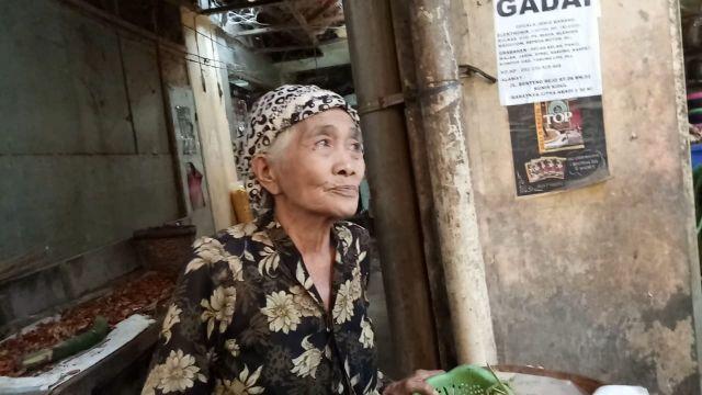 Madu Lebah Budidaya Hj. Khosniah Diburu Konsumen di Pasar Pasirian
