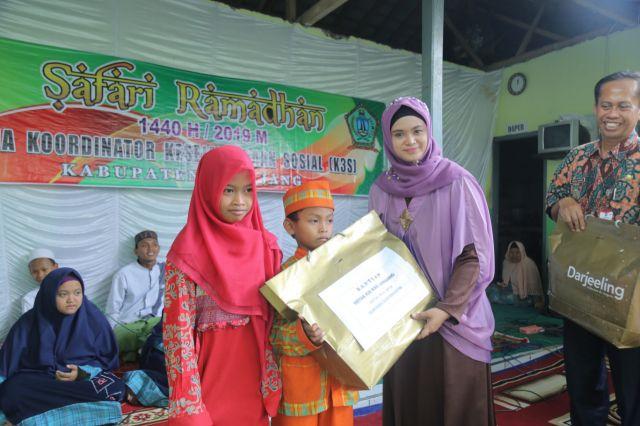 Mbak Farin Thoriq Berikan Bantuan ke Anak Yatim di LKSA Darunnajah