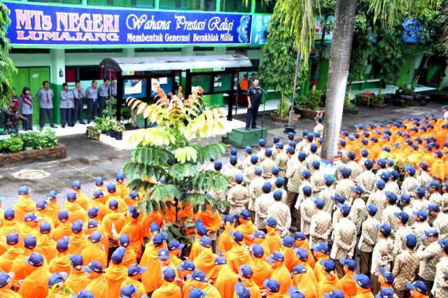 Siswa MTsN Lumajang Antusias Dibina Bijak Bermedia Sosial dari Polisi
