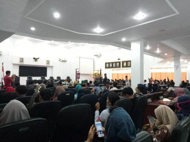 Ketua DPRD Lumajang Ajak Pendemo ke Ruangan Kursi Empuk Wakil Rakyat
