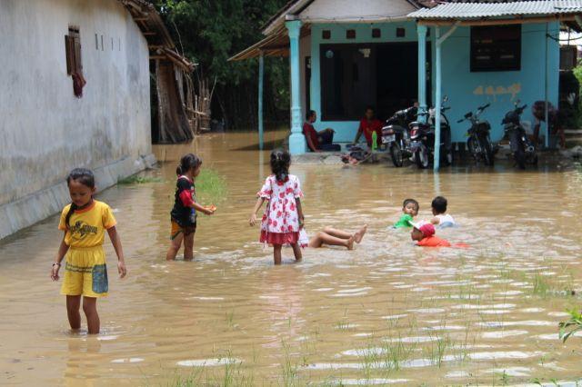 Anak Kecil Senang Main di Banjir Genangan Rowokangkung