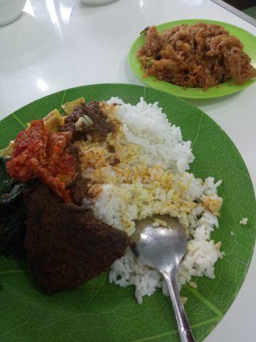 Mantap! Nasi Padang Simpang Ampek Lauknya Jamur Balado dan Rendang Kentang