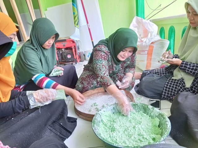 Neng Laila Anggota DPRD Jawa Timur Piawai Buat Jenang Sapar