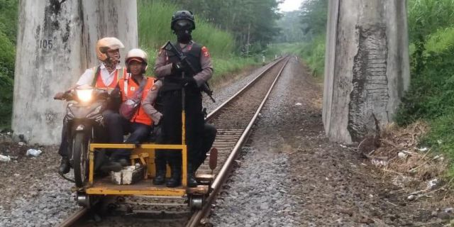Polres Lumajang Patroli di Rel Kereta Api Antisipasi Perilaku Iseng Pembuat Onar