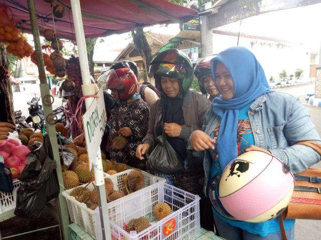 Musim Hujan Membuat Pedagang Buah di Lumajang Gigit Jari