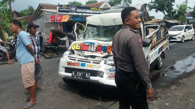 Pick Up Gemilang Tabrak Truk Gandeng Parkir Sampai Ringsek di Tukum