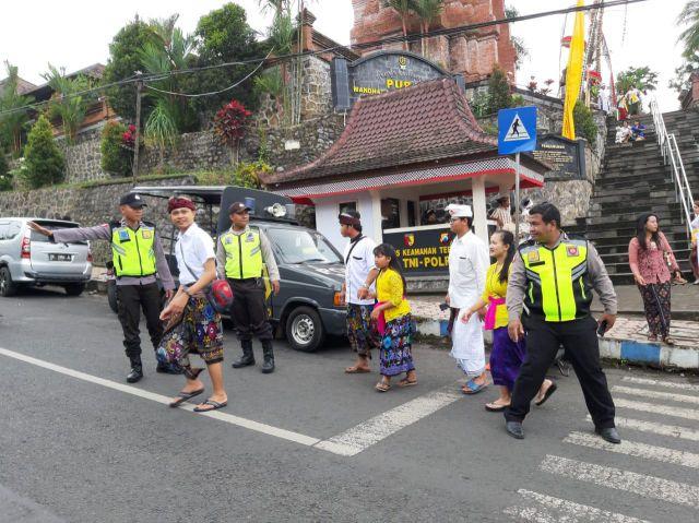 Polres Lumajang Amankan Perayaan Piodalan Umat Hindu di Pura Semeru