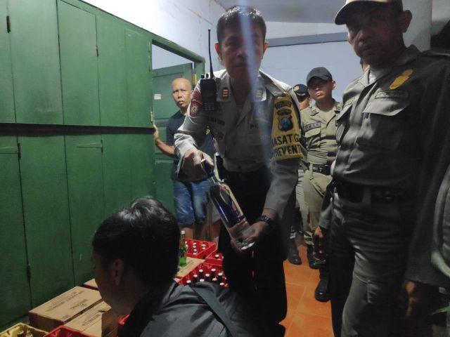 Ratusan Miras Berbagai Merk Disita Petugas dari Toko Cak Buang Karangsari