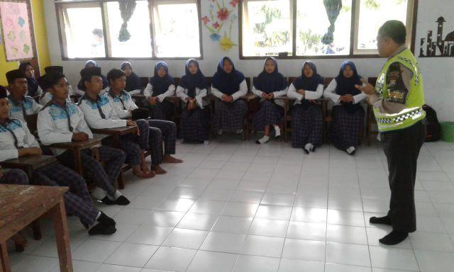 Polsek Kota Lumajang Bimbing Santri Ponpes Modern Hidayatul Hasan