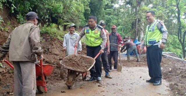 Satgas Siaga Bencana Polres Bantu Warga Ranu Pani Bersihkan Longsor
