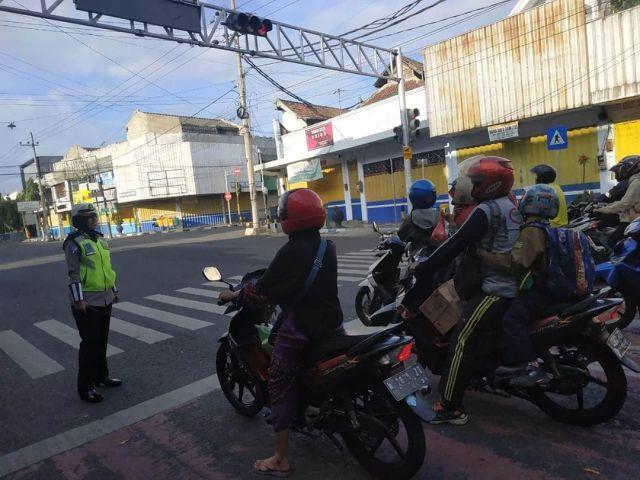 Satlantas Polres Lumajang Beri Hadiah ke Anak-anak Tertib Lalu Lintas