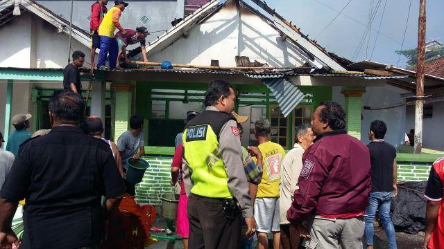 Ditinggal Mencari Rumput, Rumah Warga Tempeh Dilalap Si Jago Merah
