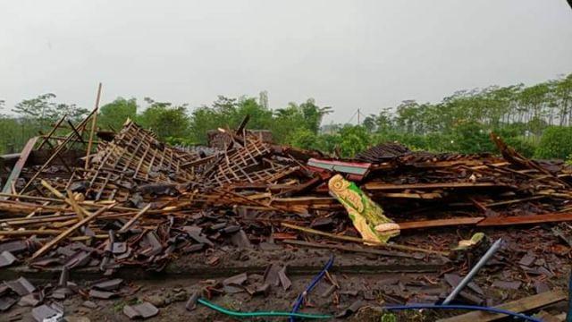 Hujan Angin Porak Porandakan Bangunan di Kebonagung Lumajang