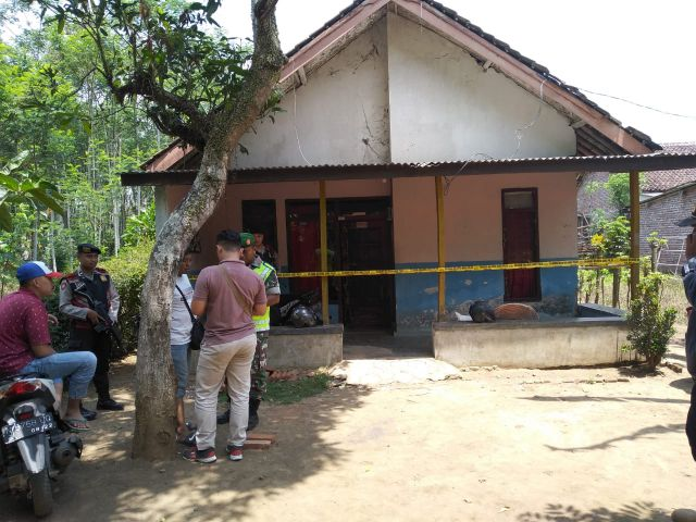 Ibu-ibu Kota Lumajang Bangga Polisi Bongkar Pabrik Miras Illegal