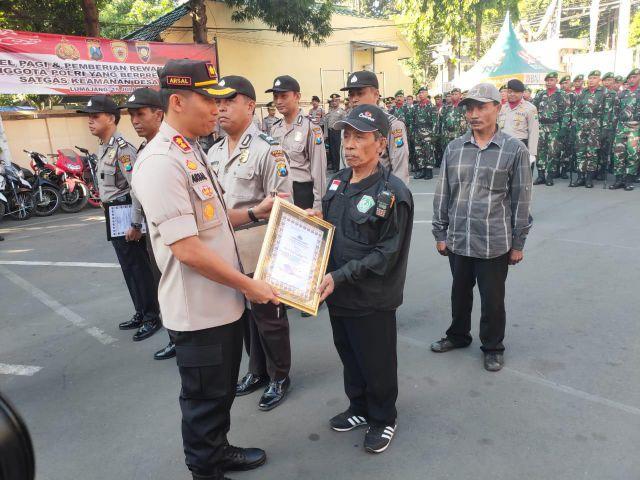 Tangkap Maling, 2 Satgas Keamanan Desa Boreng Diberi Penghargaan Kapolres Lumajang