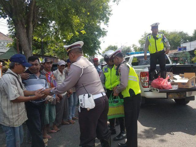 Satlantas Polres Lumajang Bagi-bagi Nasi Bungkus ke Tukang Becak