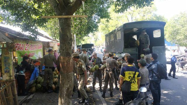 Satpol PP Lumajang Obrak Abrik PKL Pakai Trotoar Jalan Untuk Jualan