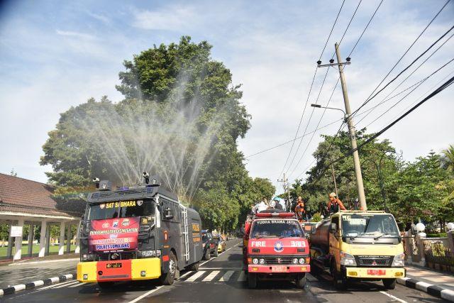 Pemkab Lumajang bersama TNI dan Polri Semprot Jalanan Pakai Disinfekta