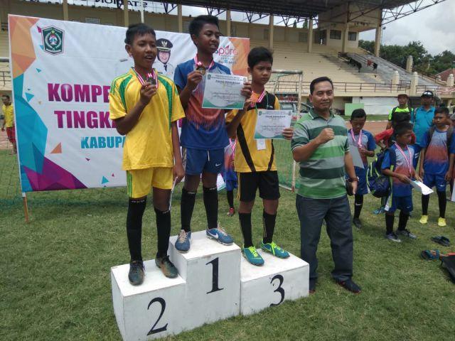 Tim Sepak Bola Senduro Juara Kompetisi Sepak Bola SD/MI
