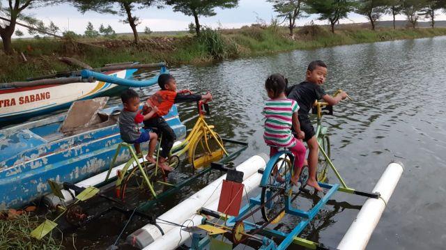 Serunya Sepeda Air di Danau Pantai Cemoro Sewu Selok Anyar Lumajang