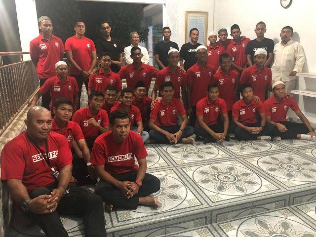 Skuad Semeru FC Ziarah ke Makam KH. Aziz Marwi di Candipuro