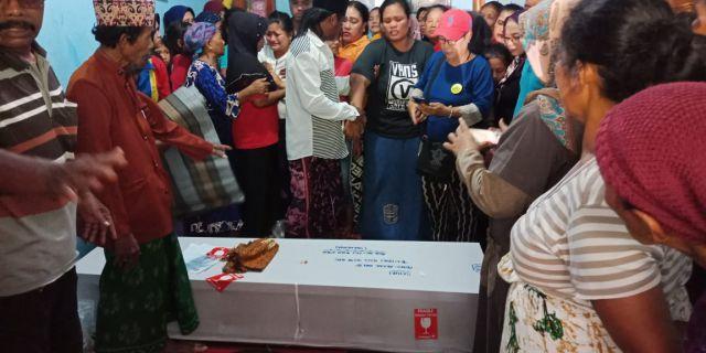 Hujan Tangis saat Jenazah TKI asal Klakah Tiba di Rumah Duka