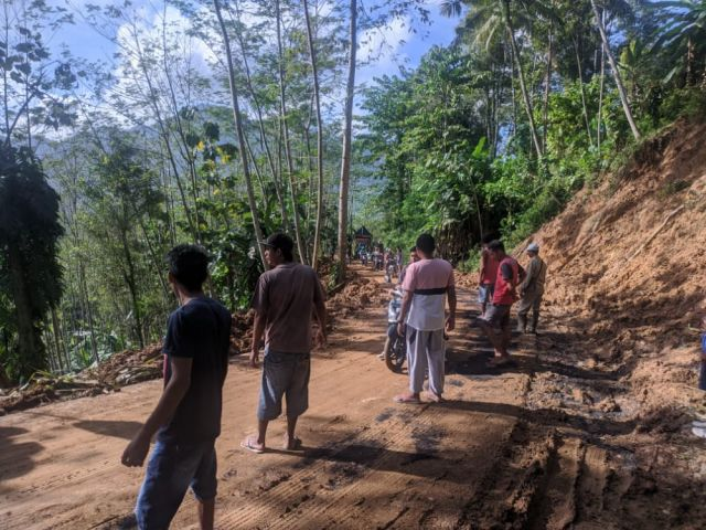 Hujan Deras Sebabkan Jalan Kecamatan Tempursari Tertutup Longsor