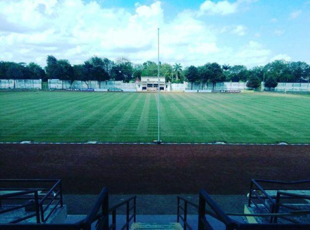 Tiang Bendera Pinggir Lapangan Stadion Semeru Dikeluhkan Awak Media Televisi