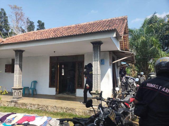 Tim Cobra Bantu Resmob Jember Grebek Rumah Sugeng Gembong Begal Sadis